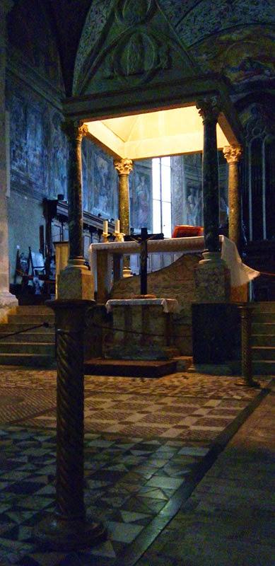 Nave central e baldaquino, Igreja da Abadia de Farfa, com guia em português