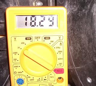 polimetro midiendo voltaje
