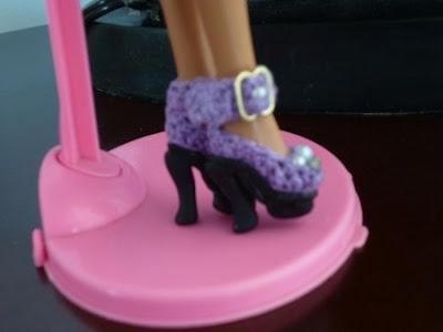 Crochê Para Barbie Sapatinhos de crochê para Barbie com fivelas Por Pecunia MillioM