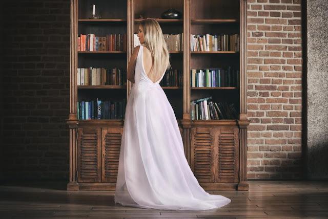 Przepiękna suknie ślubna, klasyczna, skromna z dekoltem na plecach.