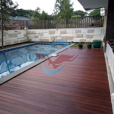 lantai kayu outdoor decking teras rumah tepi kolam renang