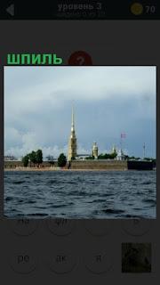 установлен шпиль на башне в Ленинграде около залива