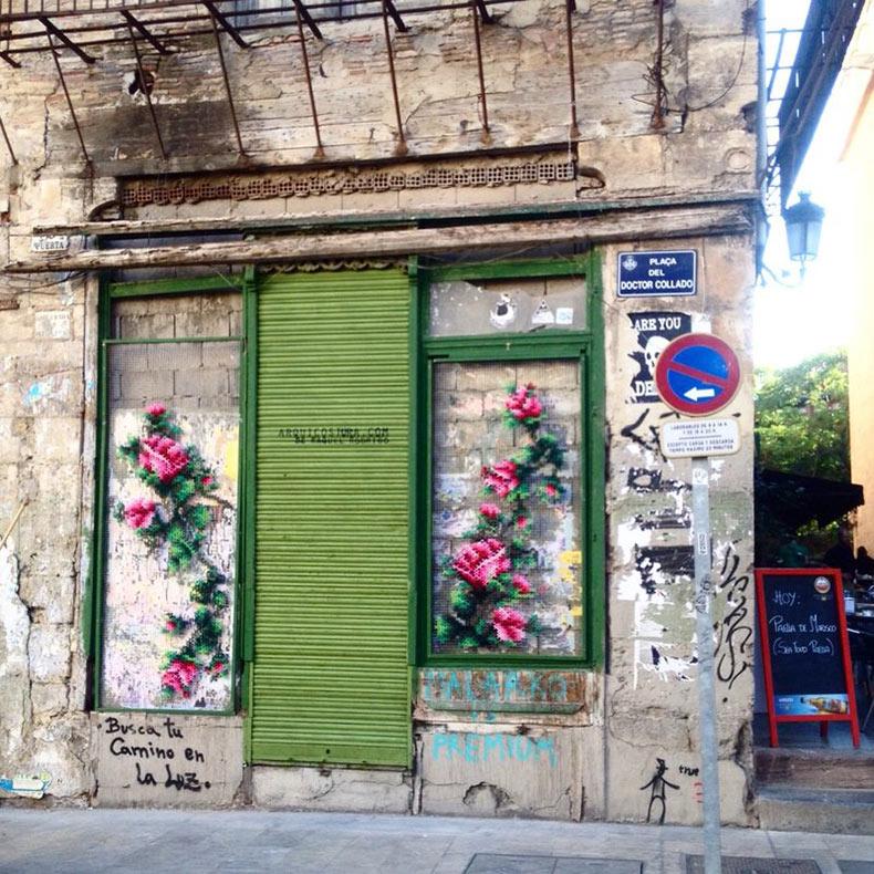 Instalaciones de florales de punto de cruz de Raquel Rodrigo