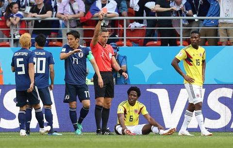 Tiền vệ Carlos Sanchez (người ngồi) đang bị đe dọa đến tính mạng sau pha phạm lỗi nghiêm trọng phải nhận thẻ đỏ khiến đội tuyển Colombia phải chịu thua Nhật Bản.