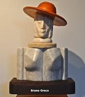 Composizione con cappello rosso - Legno e marmo