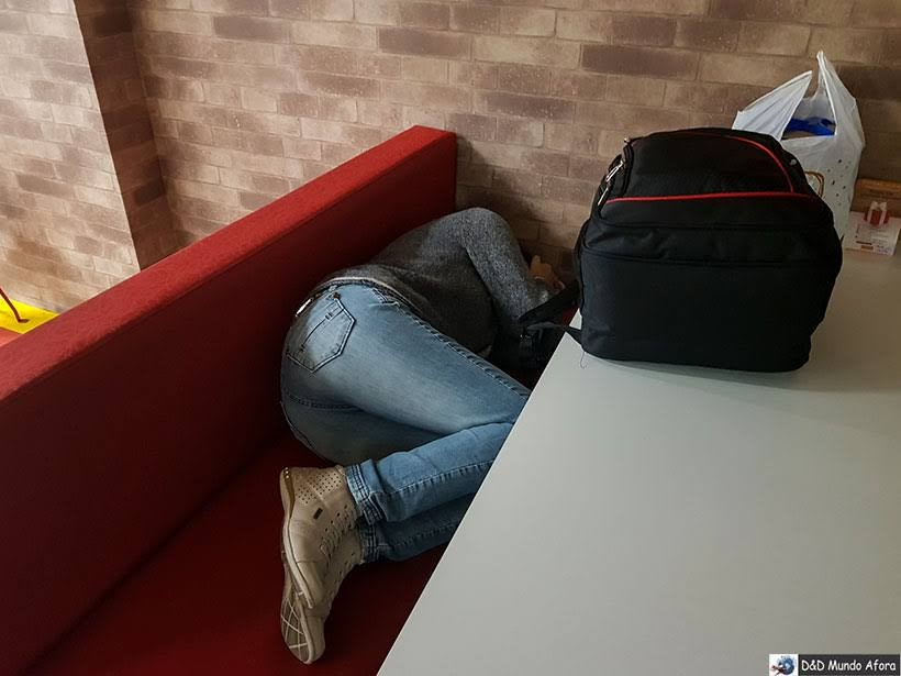 Tirando uma soneca no aeroporto de BH: runo ao encontro da RBBV em Curitiba