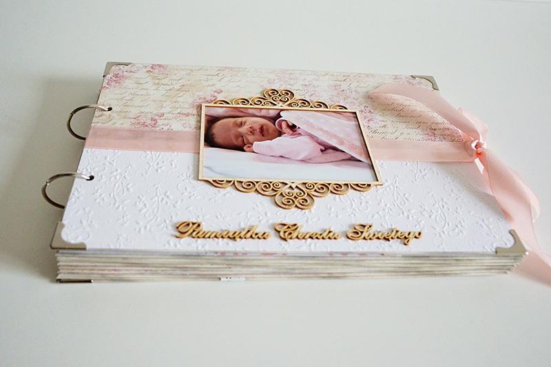 Biało-różowy album z okazji chrztu świętego