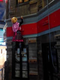 Falda sedang uji nyali dengan memanjat gedung