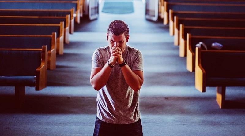 ajoelhado na igreja orando a Deus