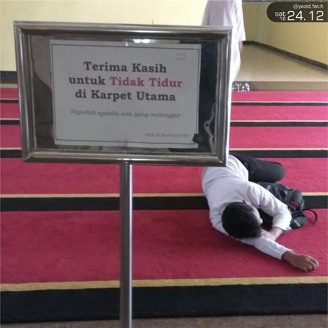 Pemuda Tertidur di Dalam Masjid