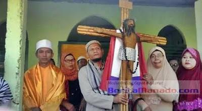 Astagfirullah! Berdalih Toleransi, Seorang Ustadz Jemput Kayu Salib dan Mampir di Mushalla