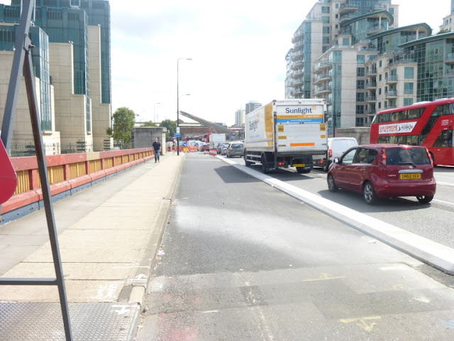 Vauxhall Bridge cycle track on lambethcyclists.org.uk
