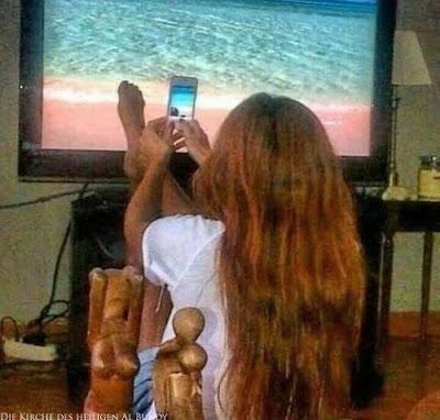 Lustiges Bild Urlaubsfoto Zuhause machen - Foto vor Fernseher