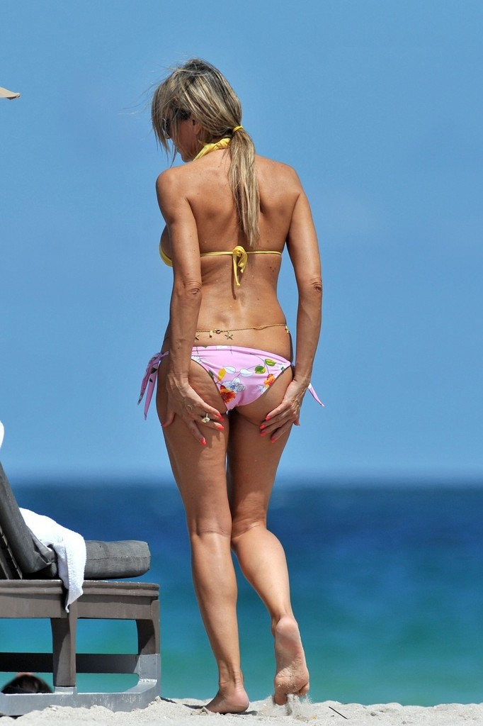 Leslie mann hot bikini