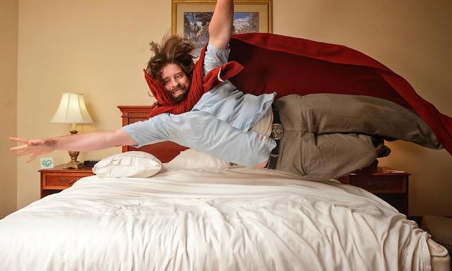 прыгают на кровать