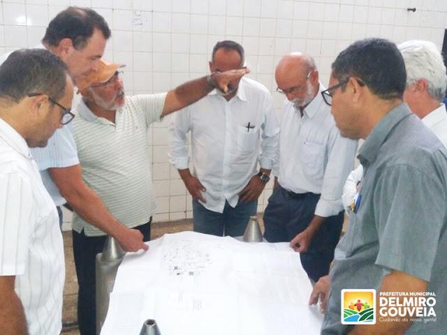 Padre Eraldo discute reforma do matadouro público de Delmiro Gouveia com técnicos da Adeal