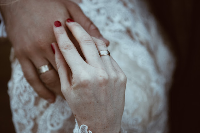 TWÓJ ŚLUB PRZED OBIEKTYWEM: Zephyr Wedding Photography fotografia ślubna, fotograf ślubny, wedding photographer, photoshoot, sesja narzeczeńska, delikatne, fotografia prawdziwa, emocje, uczucia, miłość, delicate, love, emotions,details,wedding rings, obrączki, detale