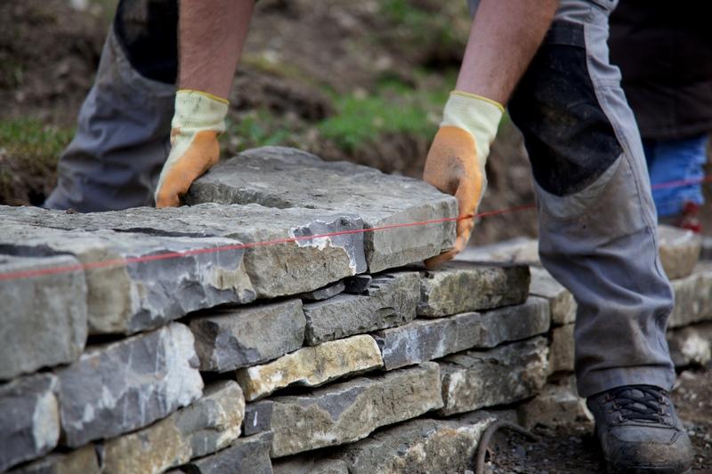 construcción de muro de piedra seca