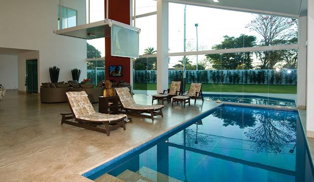 Modelos de piscinas dentro de casa for Modelos de casas con piscina