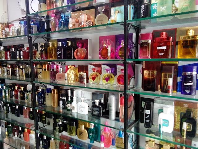 Perfumes expostos em prateleiras