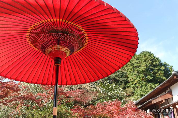Parasol rouge au temple Jizoin de Kunenan, Kanzaki, Saga