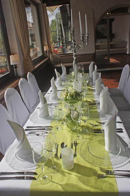 Hochzeitsdinner Hochzeit in Grün und Weiß im Riessersee Hotel Garmisch-Partenkirchen Bayern, Regenhochzeit im Sommer, Wedding Bavaria - wedding green white