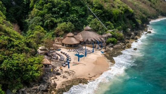 Pantai Karma: Para pecinta pantai rahasia harus memulai perjalanan lompat pantai di Bali di semenanjung Bukit - tonjolan berbentuk telur yang menjulur dari bawah. Di sinilah Anda akan menemukan Pantai Karma, klub pantai pribadi dengan bungalow bergaya dan spa di puncak tebing yang megah. Atas perkenan Karma Group