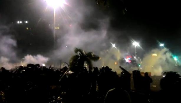 Polisi menembak gas air mata ke arah pendemo 4 november
