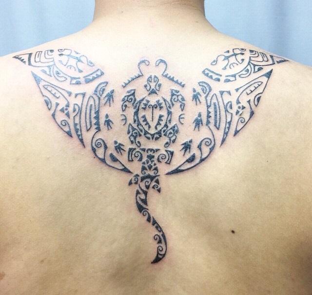 tatuaje de mantarraya estilo tribal polinesio o algo así¿?