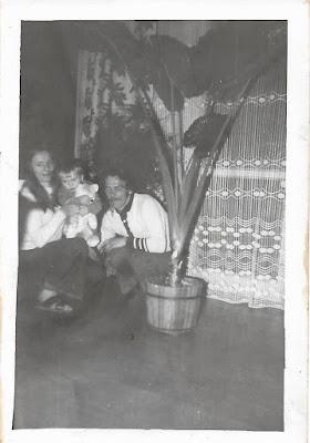 na zdjęciu autor tego blogu z rodzicami w mieszkaniu, które właśnie dostali - kwiecień 1975