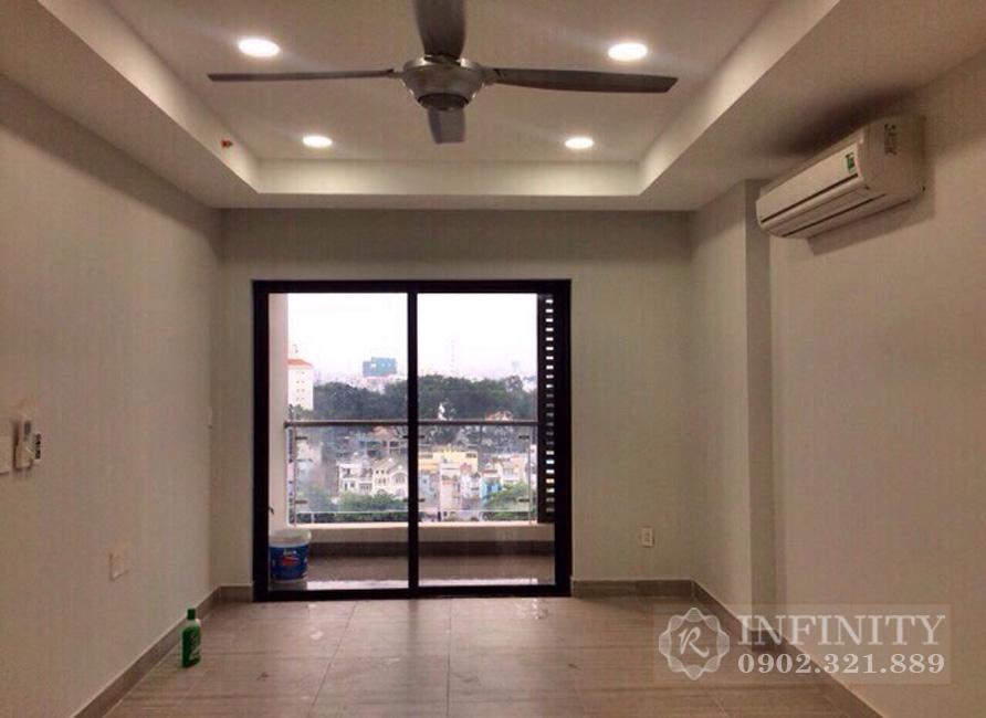 Bán căn hộ Everrich Infinity nội thất cơ bản - phòng khách có cửa kính