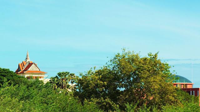 Изображение крыш пагоды и строения среди деревьев