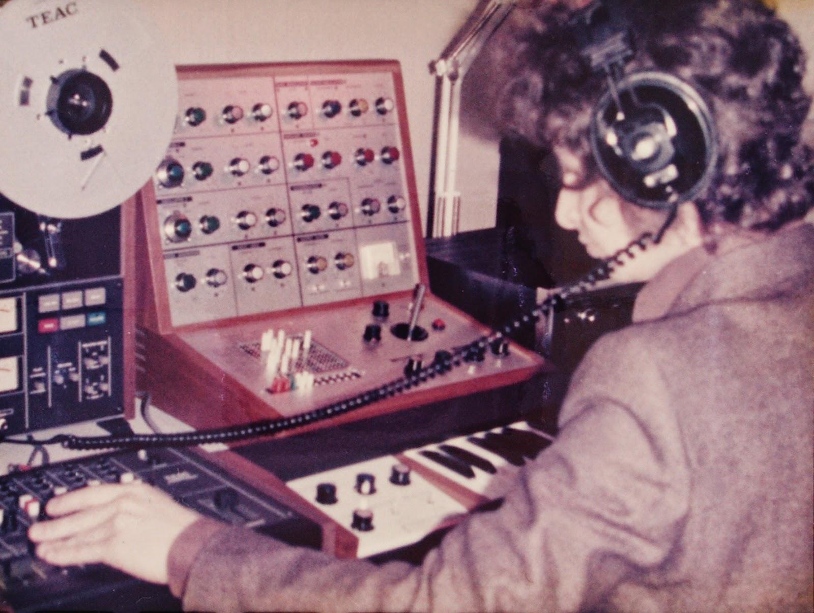 Zanov en pleno proceso creativo con el EMS VCS3, el teclado EMS DK2, el magnetófono TEAC A-3340S y el TEAC 2 Audio Mixer en su estudio de Plaisir en marzo de 1976 al inicio de la grabación del álbum Green Ray