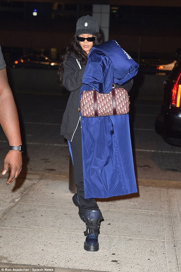 Makeup free, Rihanna is still gorgeous in oversize clothing