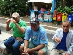 foto de três pessoas sentadas em um banco