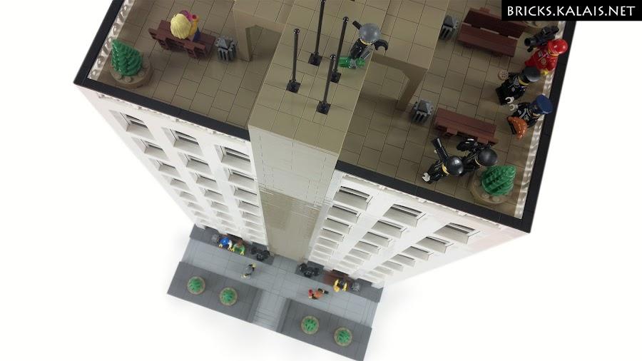 7. Na dachu rozgrywa się jakaś scena.
