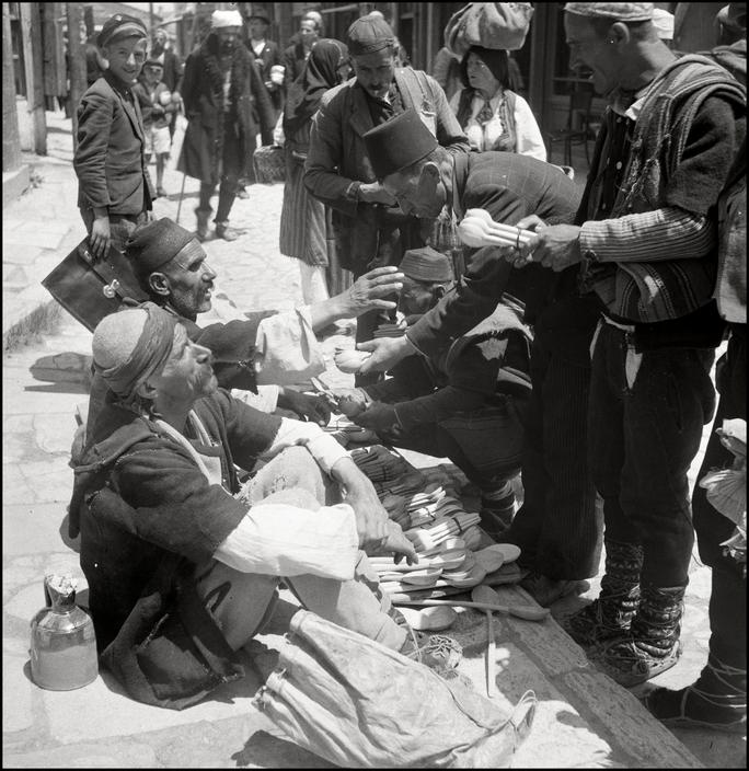 Крымскотатарские торговцы деревянными ложками на симферопольском базаре, 1943 год
