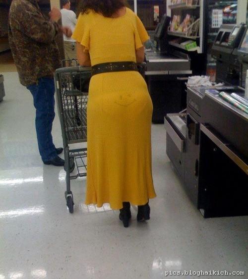 ảnh phụ nữ ăn mặt khó đỡ đi siêu thị