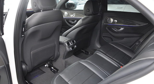 Băng sau Mercedes E300 AMG 2017 thiết kế rộng rãi và thoải mái.