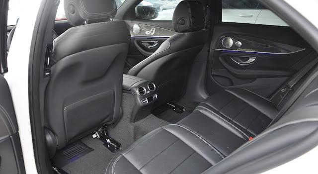 Băng sau Mercedes E300 AMG 2018 thiết kế rộng rãi và thoải mái.