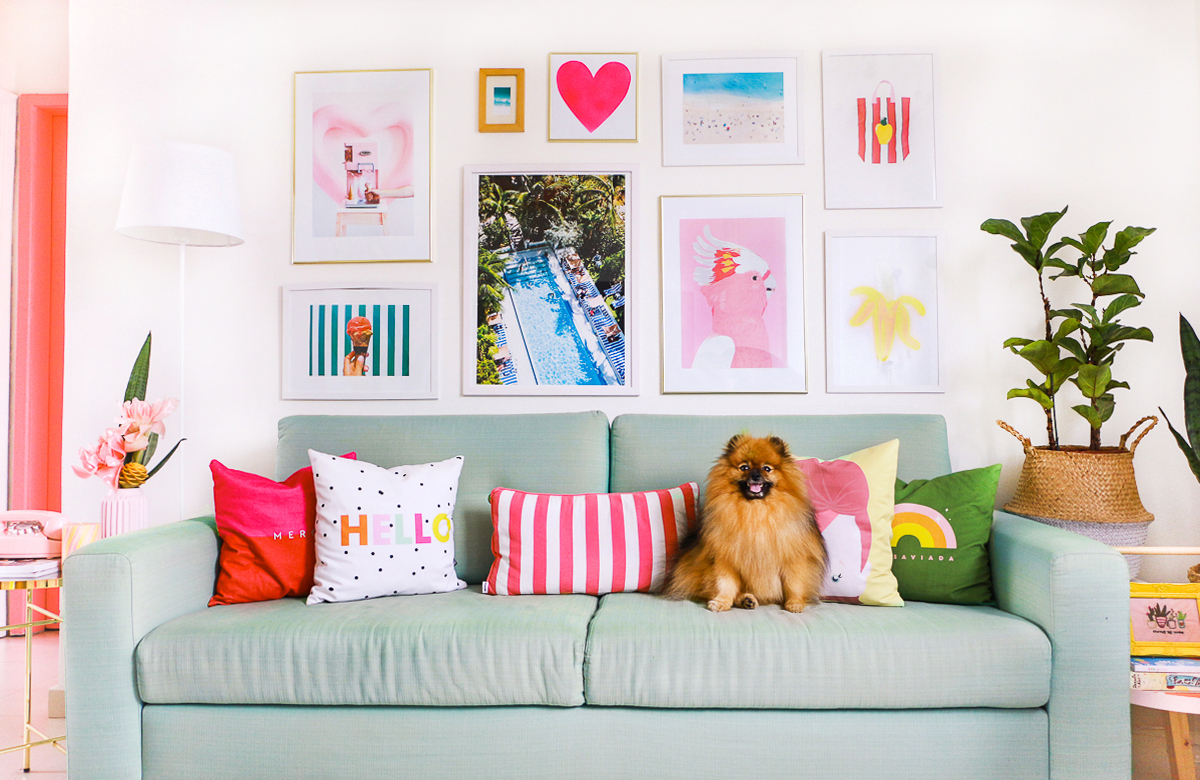 decoracao sala com sofa colorido verde menta tom pastel rosa retro westwing parede de quadros poster