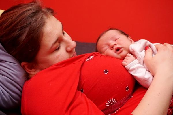 dziecko śpi na mamie, rodzicielstwo bliskości, rb, do odbicia, karmienie piersią