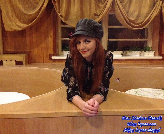 7.11.17 Sukienka czarna w etniczne wzory, szary kaszkiet, czarne szpilki na platformie, Klub Związkowiec w Skarżysku