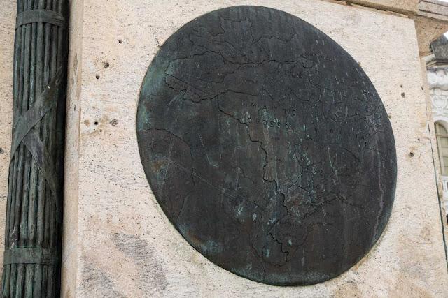 Um mapa no pedestal de uma estátua