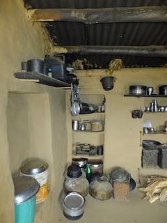 кухня в бедном деревенском доме в Индии