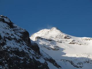 allerdings mit Kälte versprechenden Schneefahnen am Gipfel