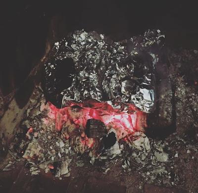 Suklaabanaanit lepää foliokääreessä punaisten hiilien päällä