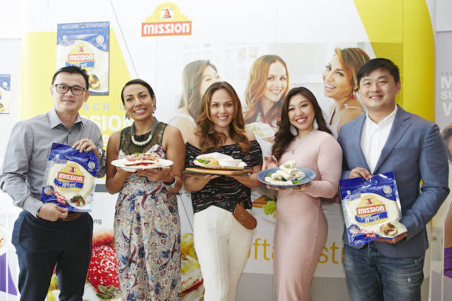 Mark Tan, Retail Sales Manager of Mission Foods Malaysia, Ning Baizura, Francisca Turner and Linora Low, the three faces of the #softandstrong campaign; and Randall Tan, Brand Manager of Mission Foods South Asia, showcasing the new Mission Supersoft Original Wraps at the launch event held recently.