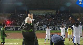 Gelar Viking Clap, Bobotoh Dukung Langsung Latihan Persib di Stadion Si Jalak