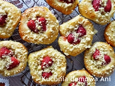 http://kuchnia-domowa-ani.blogspot.com/2013/05/drozdzowki-z-rabarbarem-i-truskawkami.html